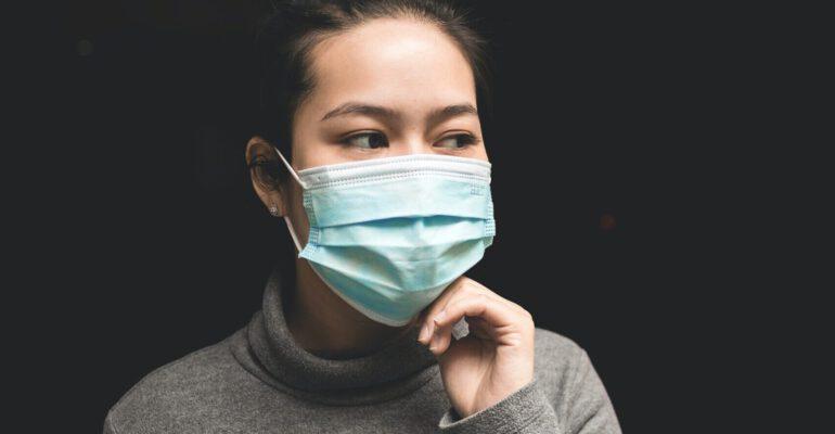 Vrouw met mondkapje - Foto unsplash